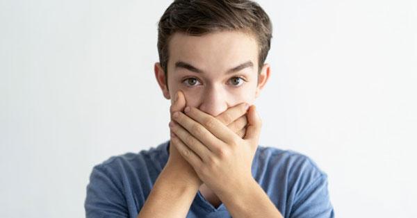 Savasodás klinikai jelei, Rothadó szag a szájból