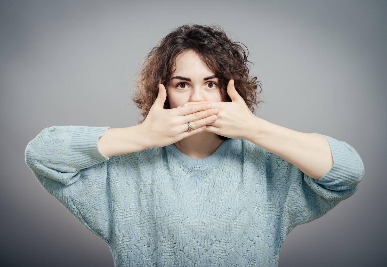 betegség székletszag a szájból